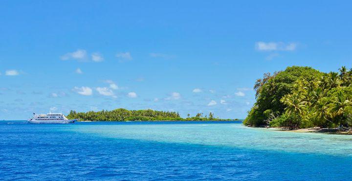 Zwischen einsamen Inseln in den Maledivischen Atollen reisen.