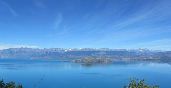 Der Lago General Carrera ist riesig und erstreckt sich von Bergen und Gletschern im Westen bis in die argentinische Pampa im Osten.