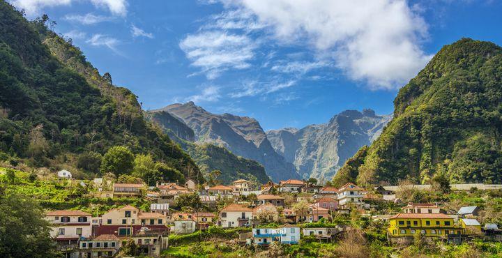 Im Norden der Insel liegt der Parque National do Ribiero Frio umgeben von Bergen.