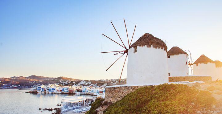 Schneeweiße Windmühlen schmücken einen kleinen Hügel auf Mykonos und sind die auffäligsten Sehenswürdigkeiten der Insel.