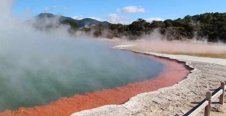 In intensiven Farben leuchten die Seen in Rotorua.