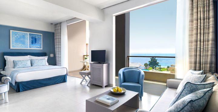 Ein offener Sitzbereich und ein privater Balkon zeichnen die Panorama Junior Suiten aus.