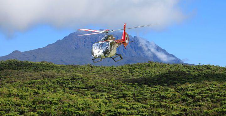 Bei einem Helikopterrundflug können Sie die Mondlanschaft am Piton de la Fournaise und grüne Natur am besten erkennen.