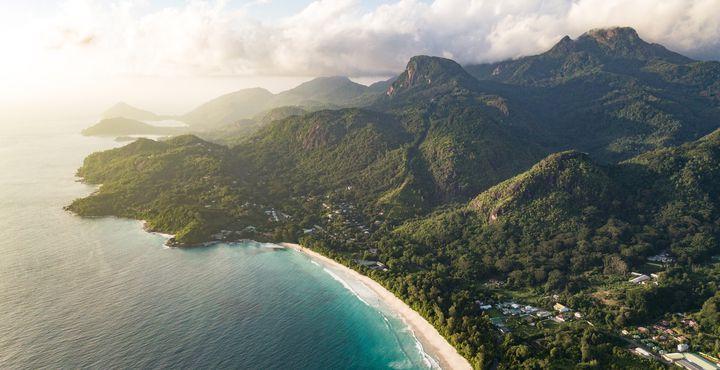 """Der längste Strand """"Grand Anse"""" lädt zum Relaxen und einem Spaziergang ein."""
