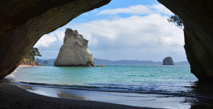 """Unweit von Auckland liegt die Coromandel Halbinsel. Erkunden Sie per Kanu die versteckten Höhlen, wie hier die """"Cathedral Cove""""."""