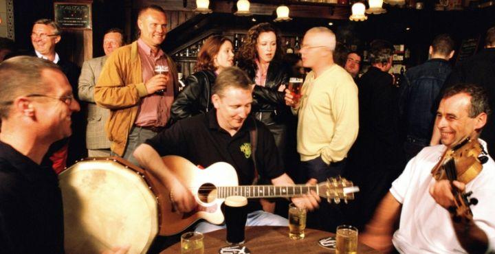 Am Abend ist der Besuch eines Pubs ein Muss. Lauschen Sie den ursprünglichen Klängen der Geigen und Gitarren.