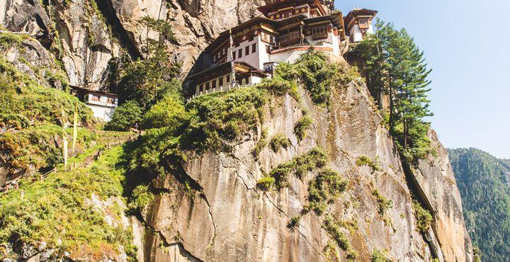 Auf 3.120 m Höhe thront das weltbekannte Tigernest an den Klippen. Bild: Marko Roth Productions.