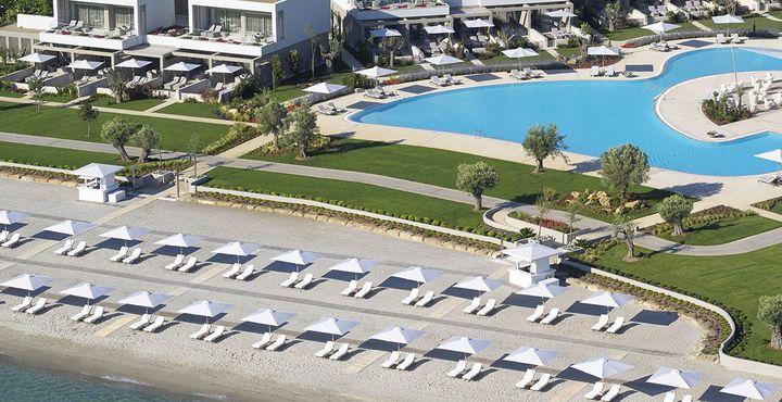 Der Privatstrand und der große Pool laden zum Entspannen ein.