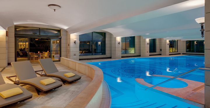 Neben einer Sauna und einem Whirlpool erwartet Sie im luxuriösen Wellnessbereich auch eine Sauna.
