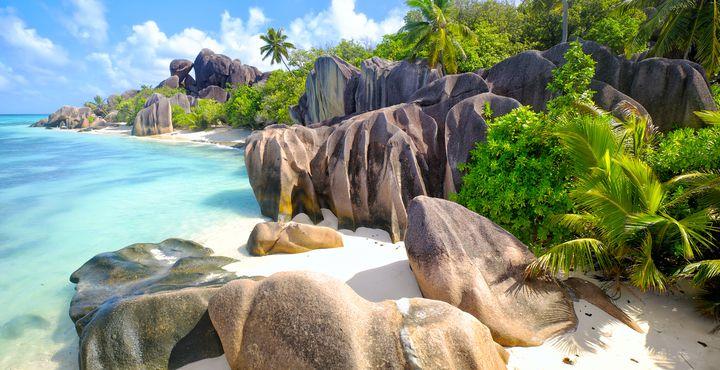Entdecken Sie die markanten Granitfelsen während Ihrer Inselkombination auf den Seychellen.