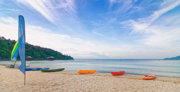 Entspannen Sie am Strand und nutzen Sie das abwechselunsgreiche Wassersportangebot.