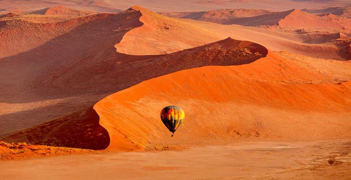 Zu den Highlights gehört ein Heißluftballon-Flug über den Dünen des Namib Nakuluft Nationalparks.