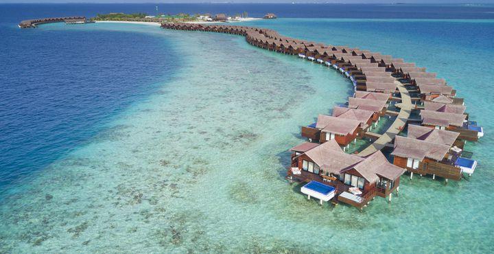 Türkisfarbenes Wasser und feiner Sandstrand. Erleben Sie pures Malediven-Glück.