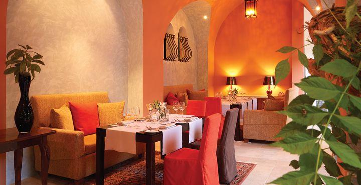 Im Fine Dining Restaurant Kamares genießen Sie in smart casual Atmosphäre ausgewählte Meeresfrüchte.