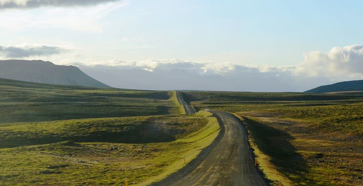 Einsame Straßen und zahlreiche Mythen begleiten Sie auf Ihrer Reise rund um die Insel.