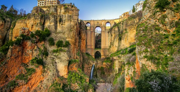 Die historische Felsenstadt Ronda wird durch die tiefe Schlucht El Tajo getrennt - eine wahre Sehenswürdigkeit.