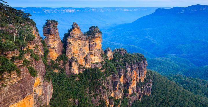 """Von Sydney aus fahren Sie entlang der Küste zu Ihrem ersten Zwischenstopp - den """"Three Sisters"""" in den Blue Mountains."""