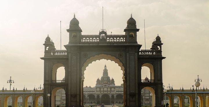 Freuen Sie sich auf zahlreiche Höhepunkte! In Mysore besuchen Sie den imposanten Maharadscha-Palast Amba Villa. Bild: Marko Roth Productions