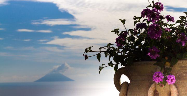 Was für ein Ausblick auf die atemberaubende Insel Stromboli.