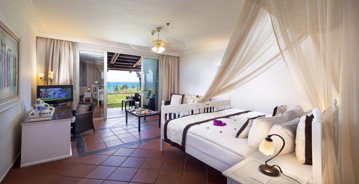 Die 138 Zimmer des Resorts sind gemütlich eingerichtet und bieten eine herrliche Aussicht auf den Garten oder den Indischen Ozean.