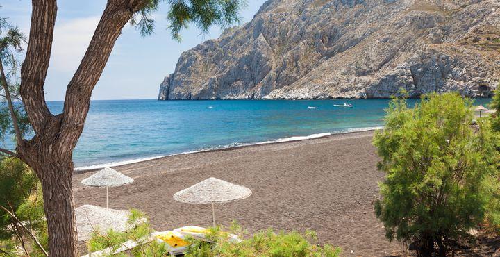 Der über 2,5 Kilometer lange Sandstrand Kamari liegt im Süden der Insel Santorini.