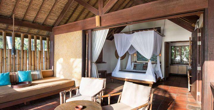 Natürliche Materialien wie Terracotta-Fliesen, Holz und Bambus zeichnen die Zimmer aus.