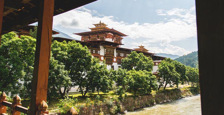 Bestaunen Sie den Punakha Dzong, der zu den besterhaltensten Klosterfestungen des Königreich Bhutans zählt. Bild: Marko Roth Productions.