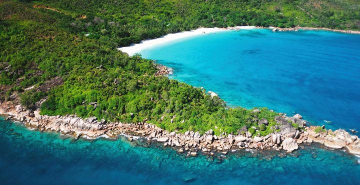 Besuchen Sie den berühmten Strand Anse Lazio auf der Insel Praslin.