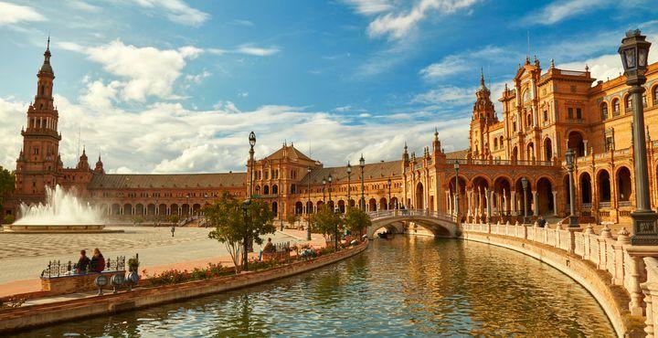 Zu Beginn Ihrer Reise entdecken Sie bereits die erste Sehenswürdigkeit: Der Plaza Espana in Sevilla.