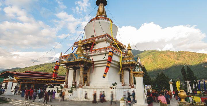 In Thimphu gehen Sie auf Entdeckungstour. Besuchen Sie den National Memorial Chorten, der Gläubige aus ganz Bhutan anlockt. Bild: Marko Roth Productions.