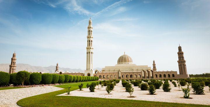 Die Sultan Qaboos Moschee zöhlt zu den Größten der Welt und verschlägt Ihnen sicherlich die Spache.