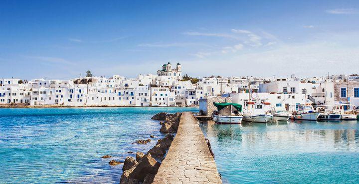 Strahlend weiße Häuser, kleiner Hafen, unzählige Klippen, traumhafte weiße Sandstrände, Alstadt mit kleinen Kirchen, Straßencafés und Tavernen - das ist die Insel Paros.